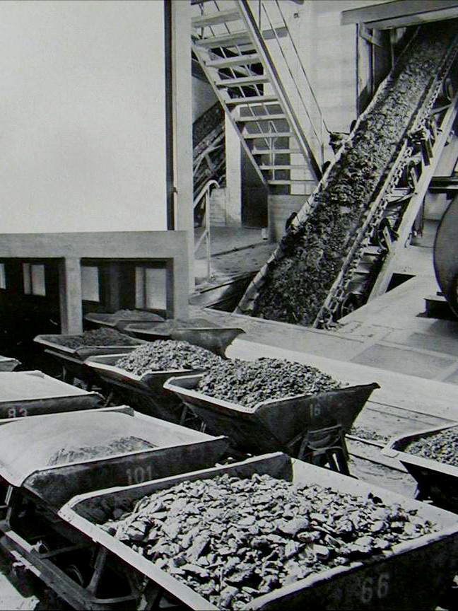 CREATON History - Roof tile production with clay on conveyor belt