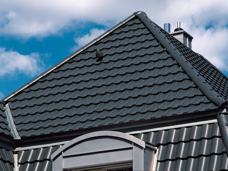 Hipped roof with TERRA OPTIMA NUANCE slate shade engobed