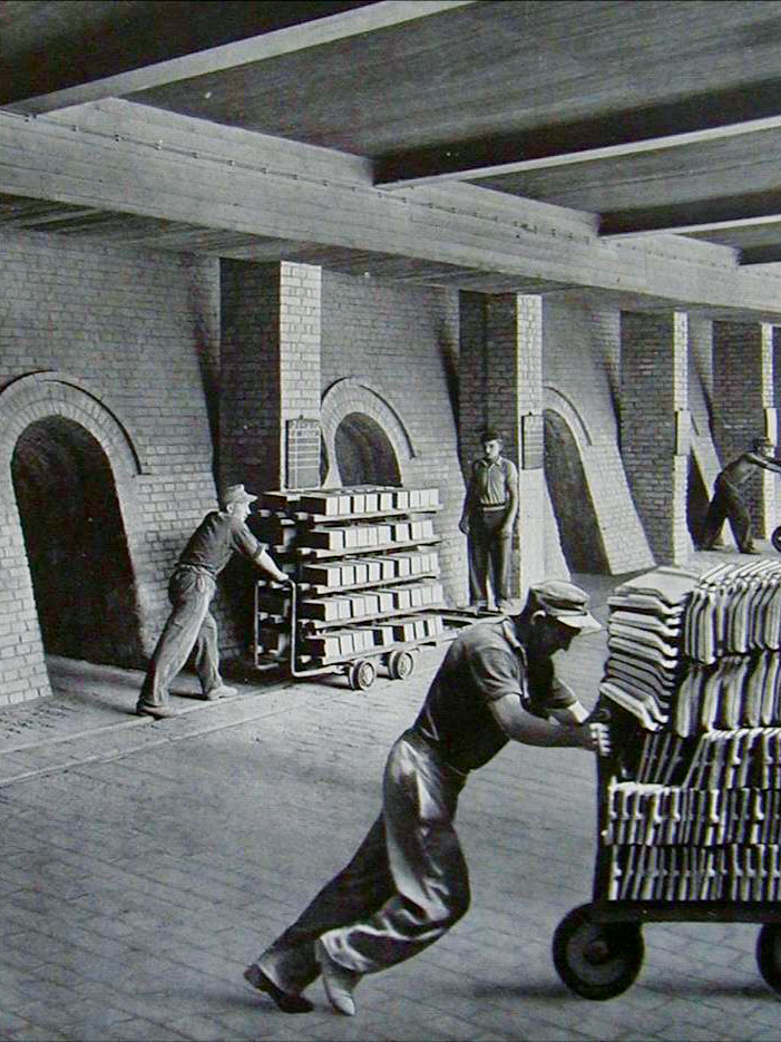 CREATON History - Workers push cars with roof tiles